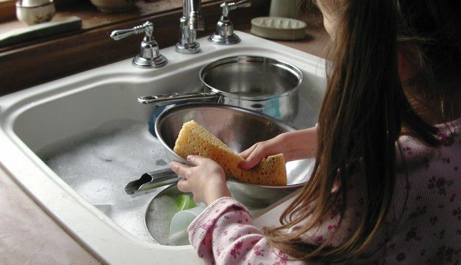 Estudio reveló que los niños que viven en casas donde se lavan los platos a mano tienen mejor sistema inmunológico.(iSTOCK)