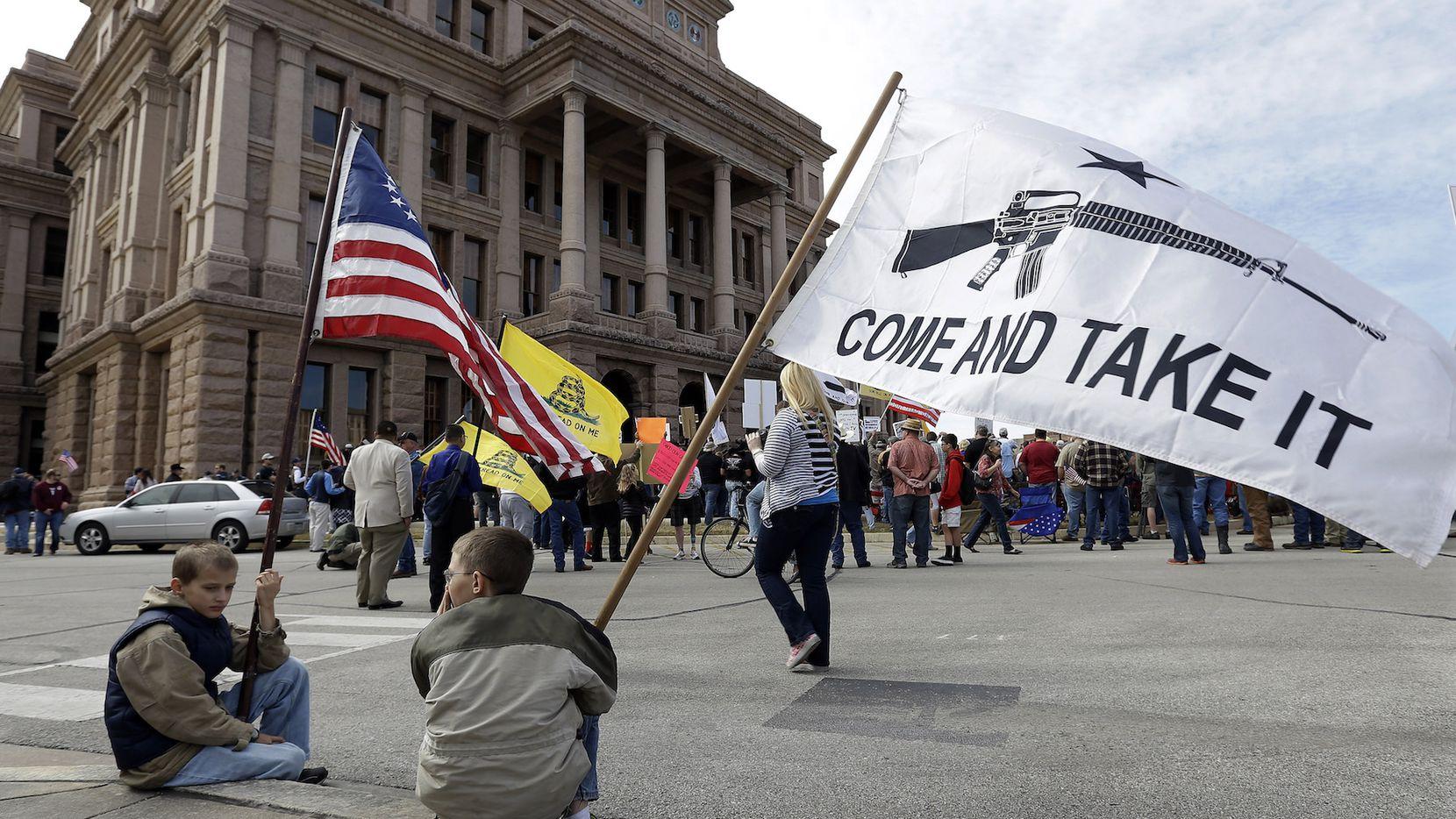 Personas afiliadas a la Asociación Nacional del Rifle se manifiestan afuera del Capitolio en Austin, Texas.
