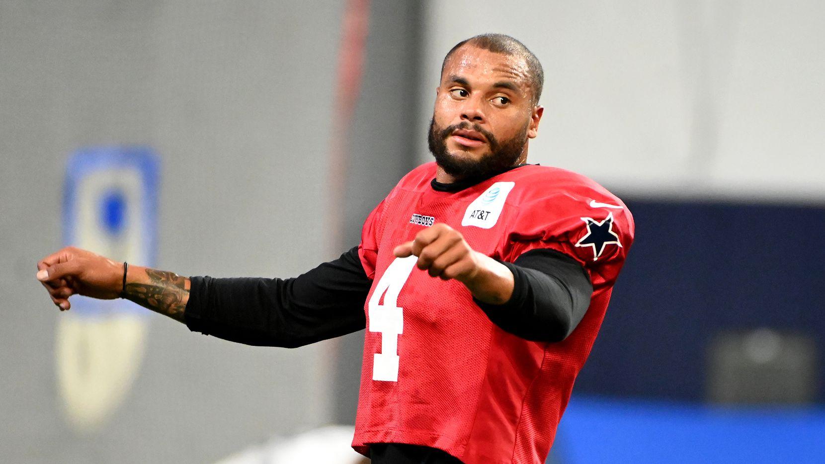 Dak Prescott (4), mariscal titular de los Cowboys de Dallas, entrena el lunes 16 de agosto en el Ford Center de The Star, la sede de entrenamientos de los Cowboys