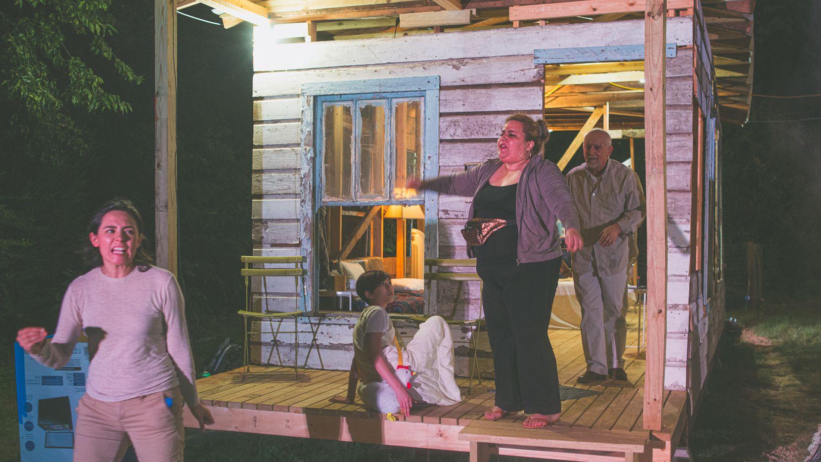Escenas de la obra teatral inmersiva Family Dollar, que se realiza en casas de West Dallas.