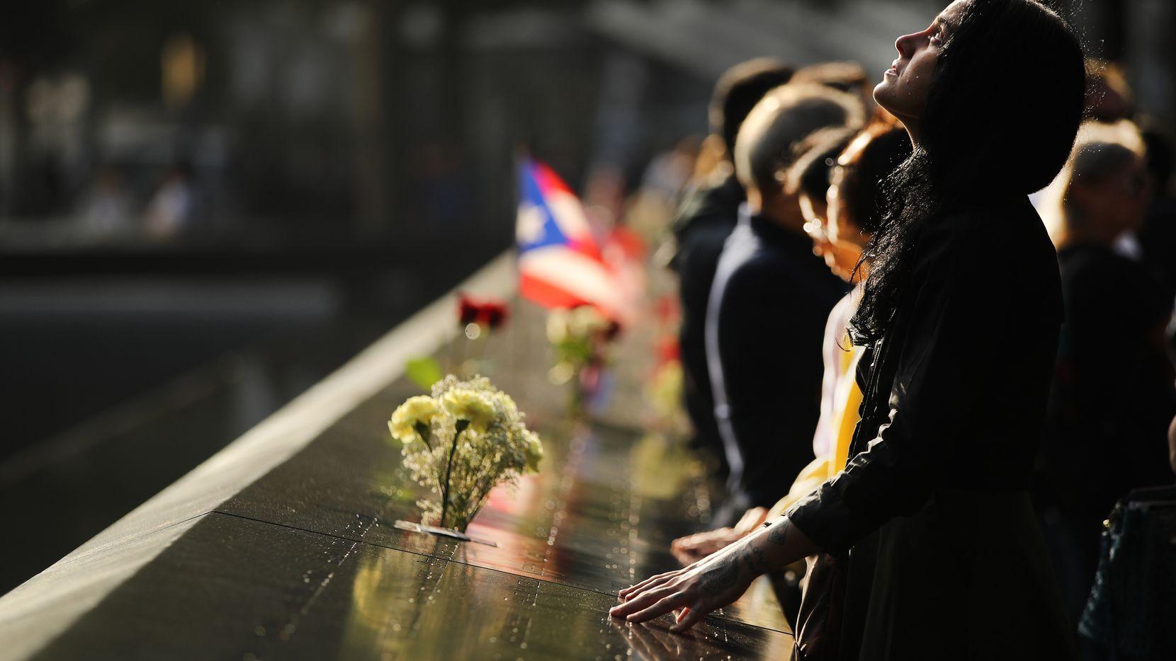 Alexandra Hamatie, cuyo primo Robert Horohoe fue asesinado el 11 de septiembre, hace una pausa en el Memorial el 11 de septiembre durante una ceremonia de conmemoración matutina para las víctimas de los ataques terroristas Dieciocho años después del día 11 de septiembre de 2019 en la ciudad de Nueva York. En todo el país se realizan servicios para recordar a las 2,977 personas que fueron asesinadas en Nueva York, el Pentágono y en un campo en la zona rural de Pensilvania.