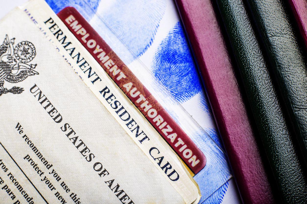 Una tarjeta de residencia permanente y autorización de empleo en Estados Unidos.