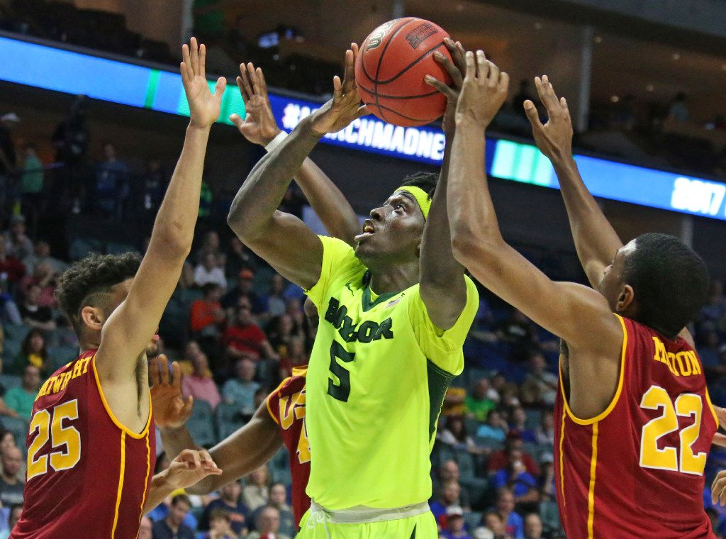 Baylor Bears forward Johnathan Motley (5) shoots between USC's Bennie Boatwright (25) and De'Anthony Melton (22) in the second half during the USC Trojans vs. the Baylor Bears NCAA men's basketball game at the BOK Center in Tulsa, Oklahoma on Sunday, March 19, 2017. (Louis DeLuca/The Dallas Morning News)