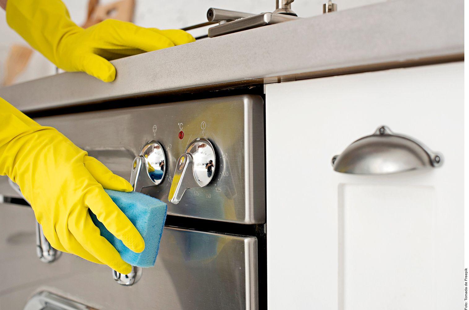 Generalmente, puedes utilizar una solución de agua y jabón y secar con un trapo húmedo limpio las veces que sea necesario hasta eliminar el excedente de jabón.