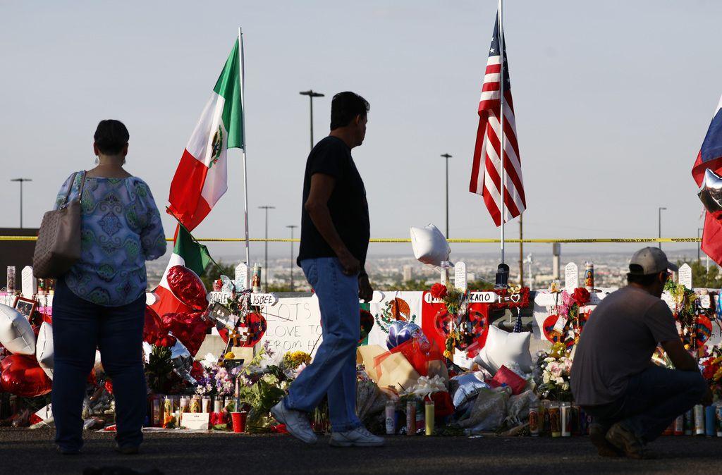 La banderas de México y Estados Unidos yacen cerca del homenaje a las víctimas de un tiroteo en El Paso, en el que murieron 22 personas.