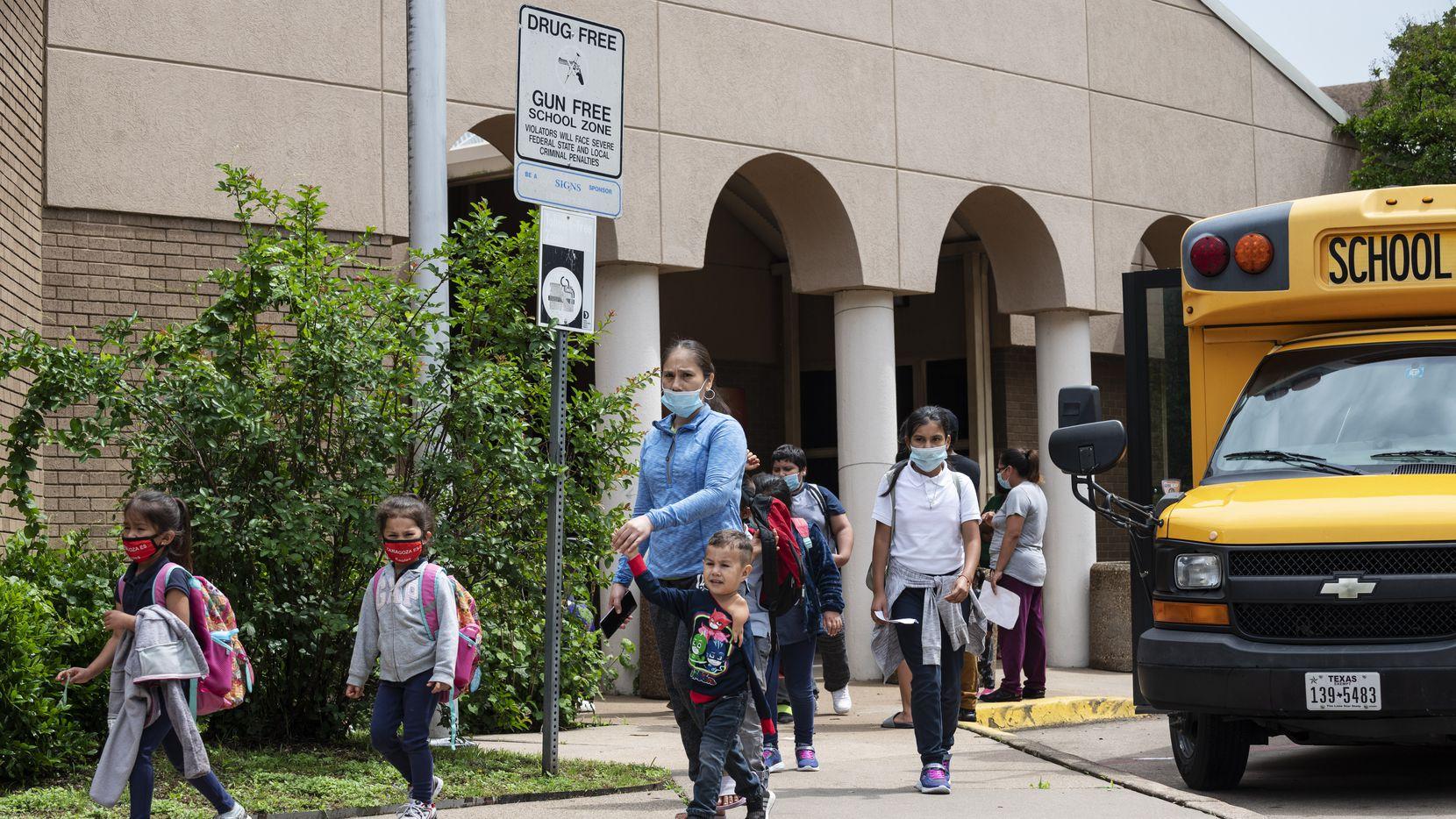 En el próximo ciclo escolar todas las clases ya serán presenciales, por lo que el DISD y el Hospital Parkland se aliaron para vacunar a la mayor cantidad posible de estudiantes antes de regresar a las aulas.