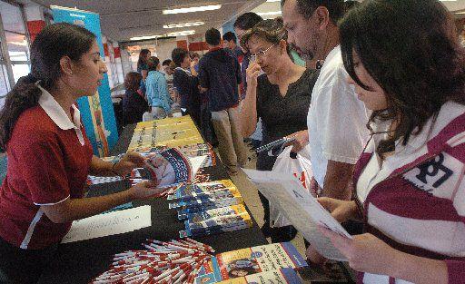 AISD College & Career Expo ofrecerá talleres en inglés y en español sobre cómo mandar una solicitud de admisión a una universidad, cómo pedir apoyo financiero estudiantil y cómo inscribirse a los exámenes de admisión SAT y ACT. (Por JUAN GARCIA / DMN)