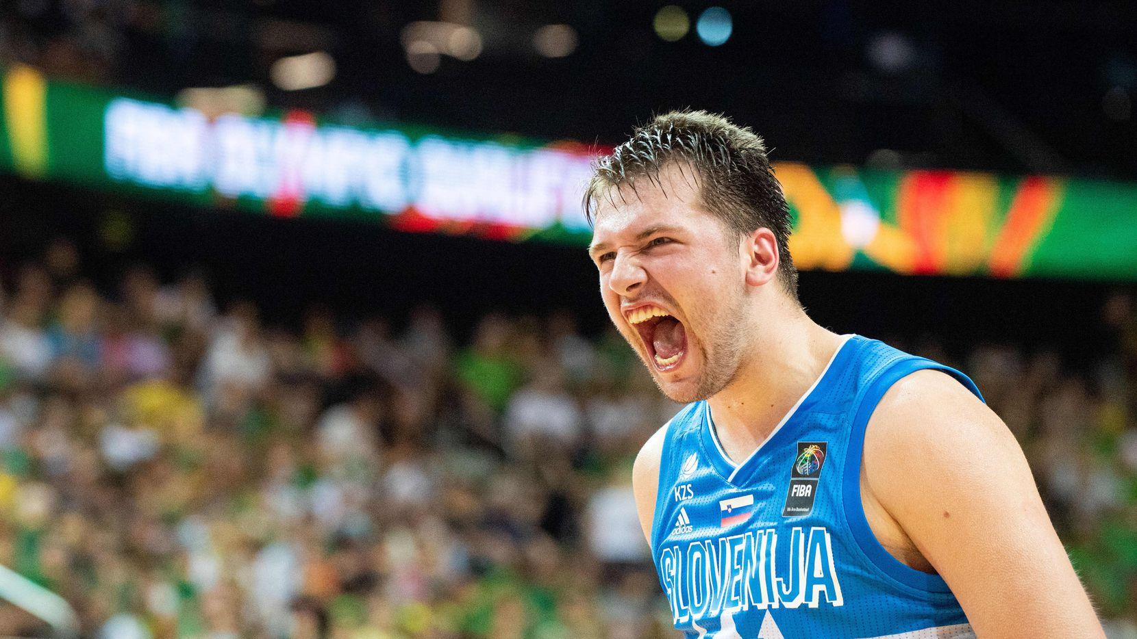 Luka Doncic de Eslovenia celebra luego de que su selección calificó a los Juegos Olímpicos de Tokio 2020.