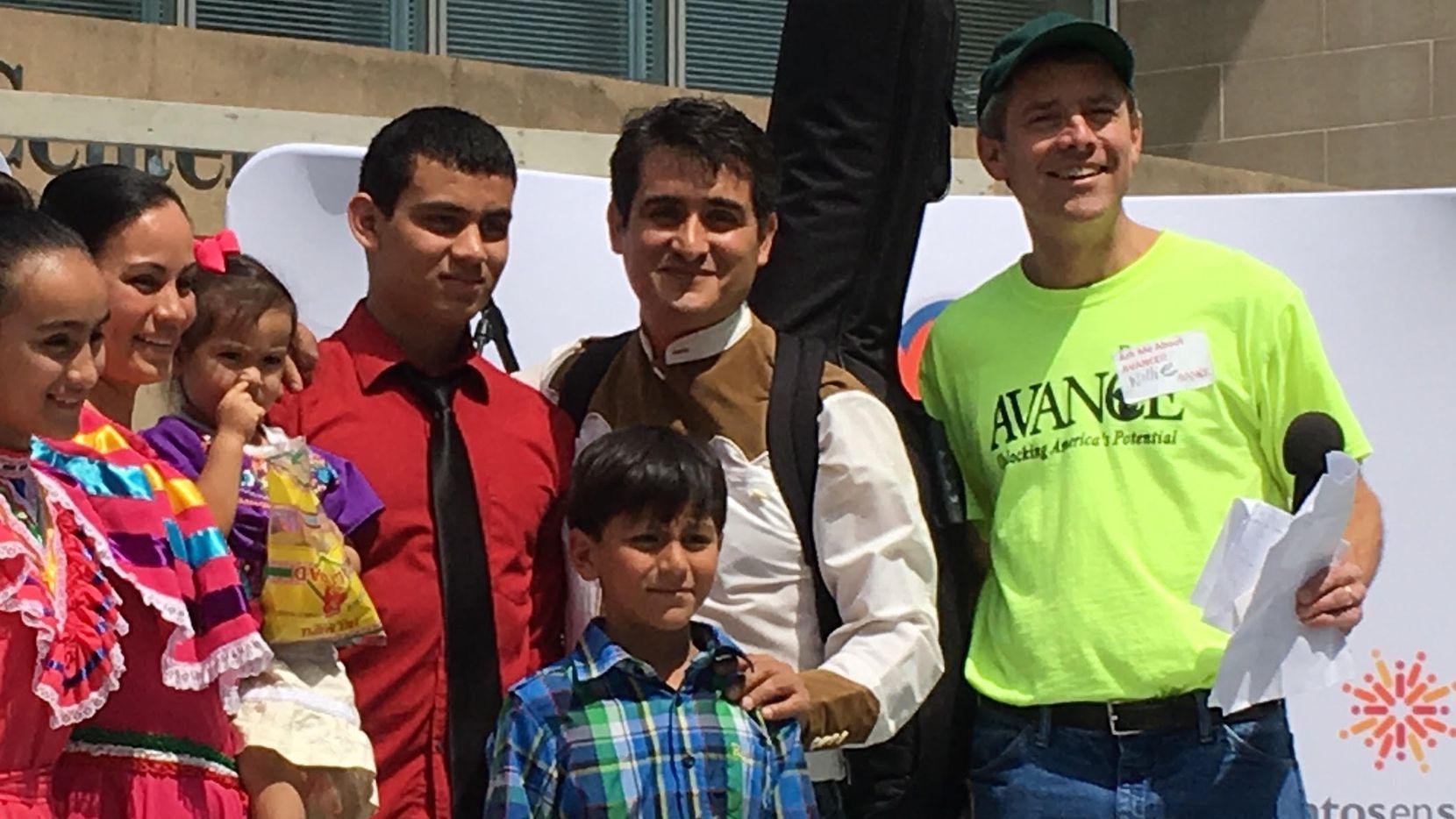 """La familia Ramírez quedó en segundo lugar durante el concurso """"Mero, Mero"""" infantil en el Latino Street Fest y Feria de los Hispanos en Dallas el sábado. (KARINA RAMÍREZ/AL DÍA)"""