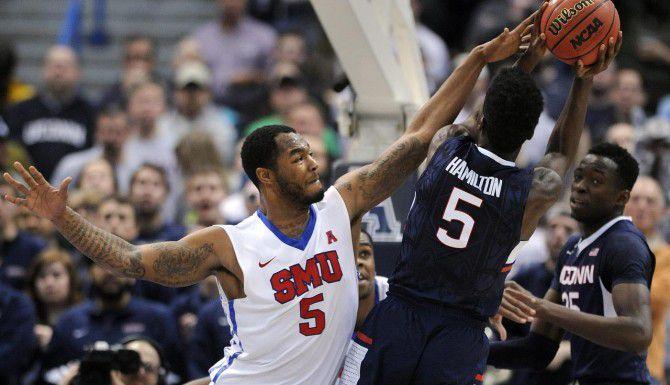 Markus Kennedy (5) y los Mustangs de SMU avanzaron al torneo nacional de basquetbol de la NCAA al vencer a los Huskies de UConn 62-54 el domingo en Hartford, Connecticut. (AP/FRED BECKHAM)