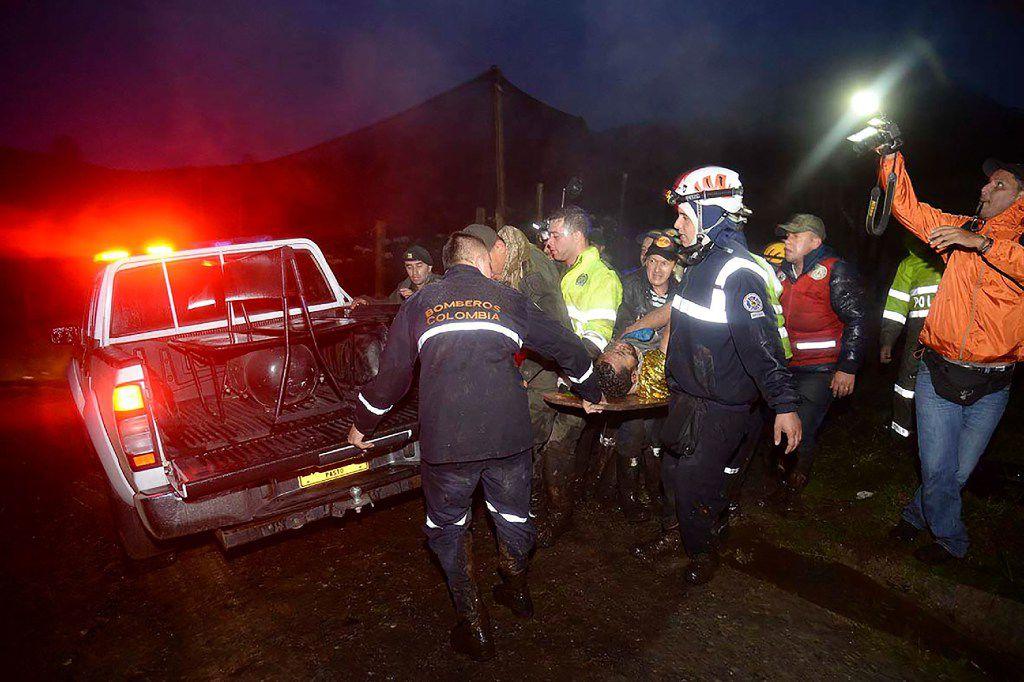 Socorristas llevan a uno de los supervivientes del avión charter LaMIa que rescata a uno de los miembros del equipo de fútbol Chapecoense el 29 de noviembre de 2016. (AP)