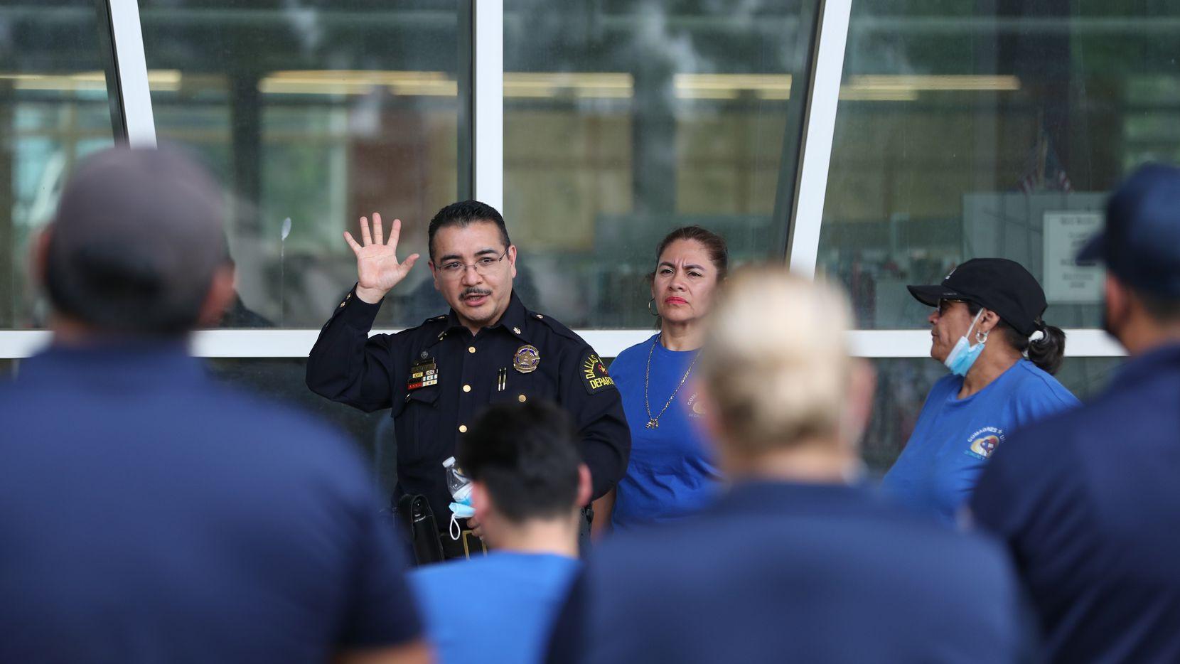 El mayor Juan Salas fue uno de los agentes que habló con vecinos de Bachman Lake sobre las preocupaciones de seguridad que enfrentan en la zona.