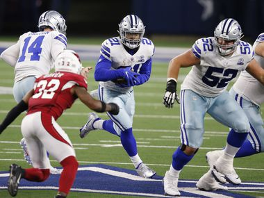 Dallas Cowboys running back Ezekiel Elliott (21) surveys the field on a run play in a game against the Arizona Cardinals during the second quarter of play at AT&T Stadium on Monday, October 19, 2020 in Arlington, Texas.
