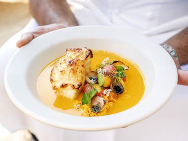 Uma das partes mais atraentes do novo complexo de restaurantes do Village é o Meridian, um novo restaurante americano com influências brasileiras do chef Junior Borges, que nasceu e foi criado no Brasil.  Uma caldeirada chamada moqueca está no cardápio em homenagem à avó.