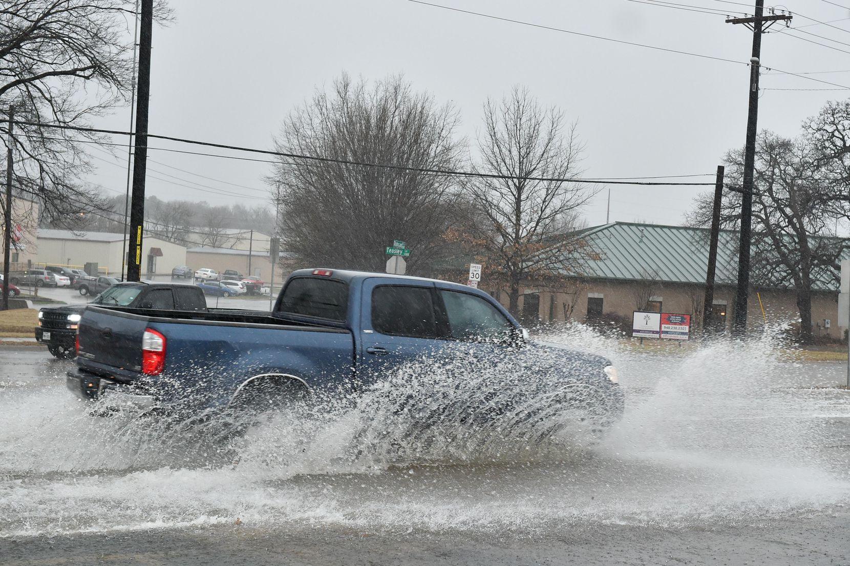 Hubo condiciones de inundación en algunas partes del Norte de Texas. Esta imagen fue captada en Teasley Lane y Dallas Drive, en Denton. JEFF WOO/DRC