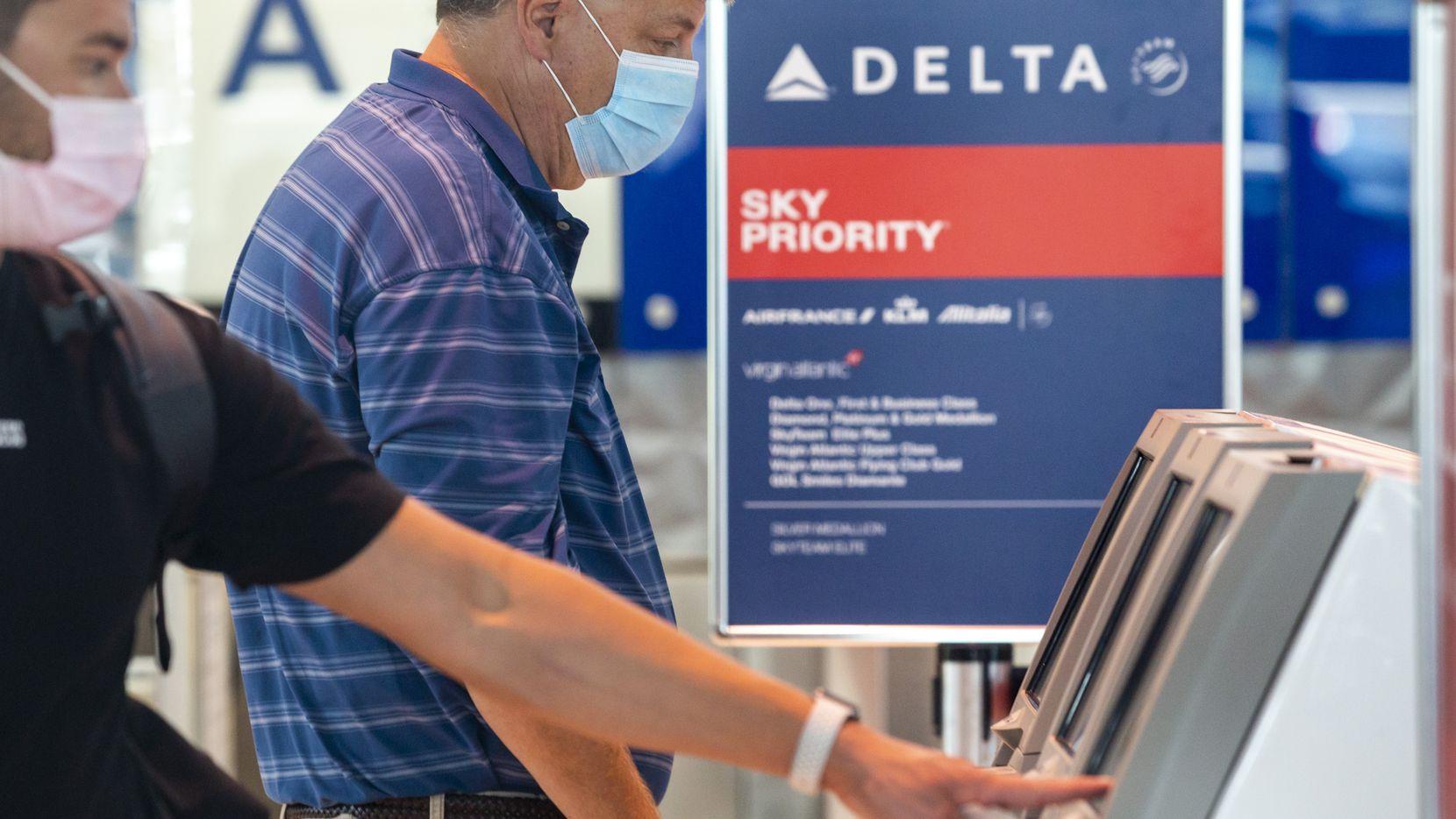 Un pasajero toma su pase de abordar en el Aeropuerto Love Field de Dallas, Texas.