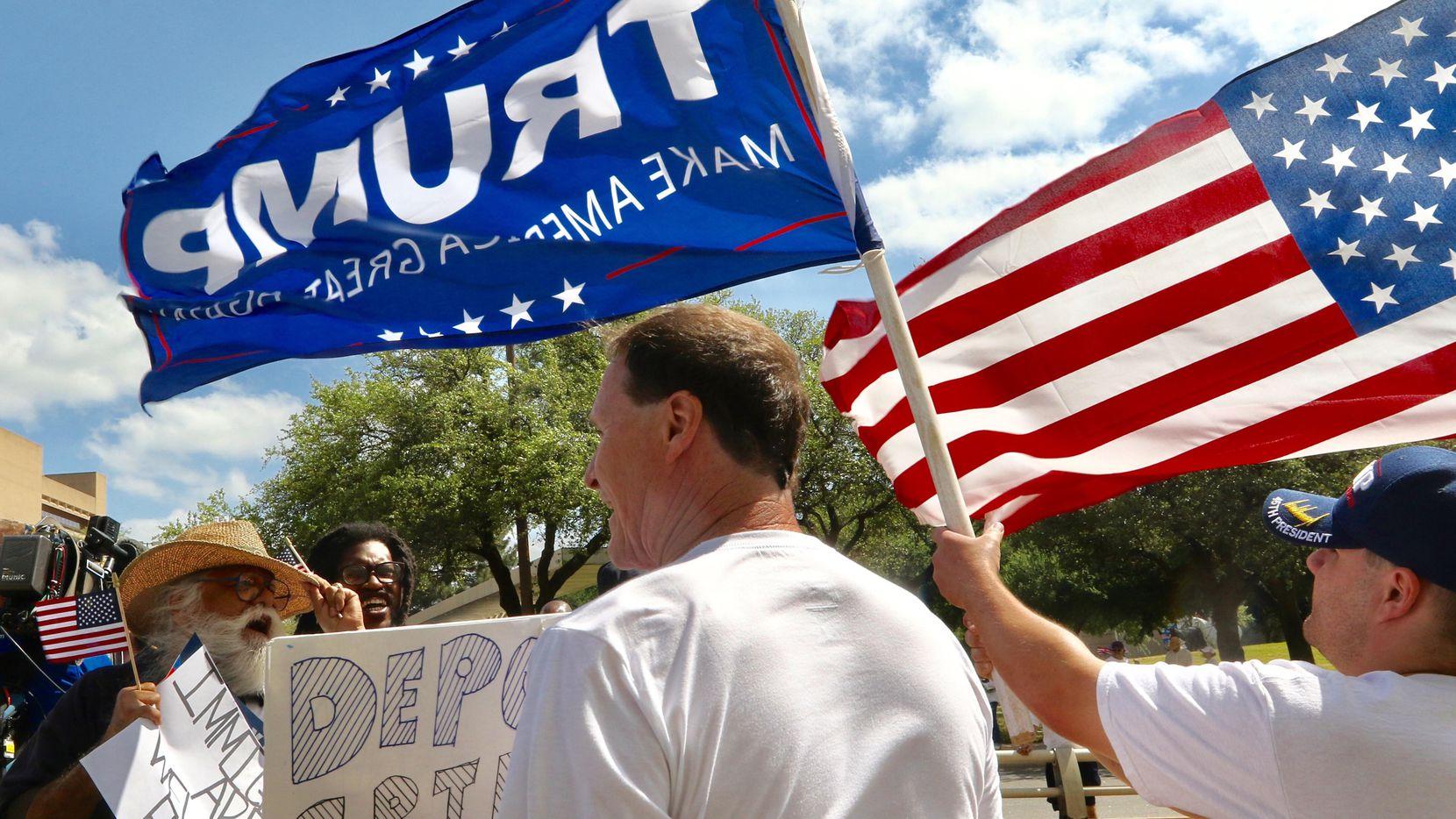 Simpatizantes de Donald Trump marcharon en abril del 2017 a la par de miles de personas en la mega marcha por derechos de los inmigrantes, en el centro de Dallas. (DMN/IRWIN THOMPSON)
