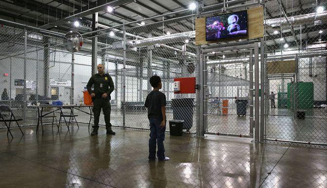 MCALLEN, TEXAS. Un niño de Honduras ve una película en un centro de detención de la Patrulla Fronteriza el 8 de septiembre de 2014, que fue abierto para albergar temporalmente a menores. Foto: John Moore / Getty Images