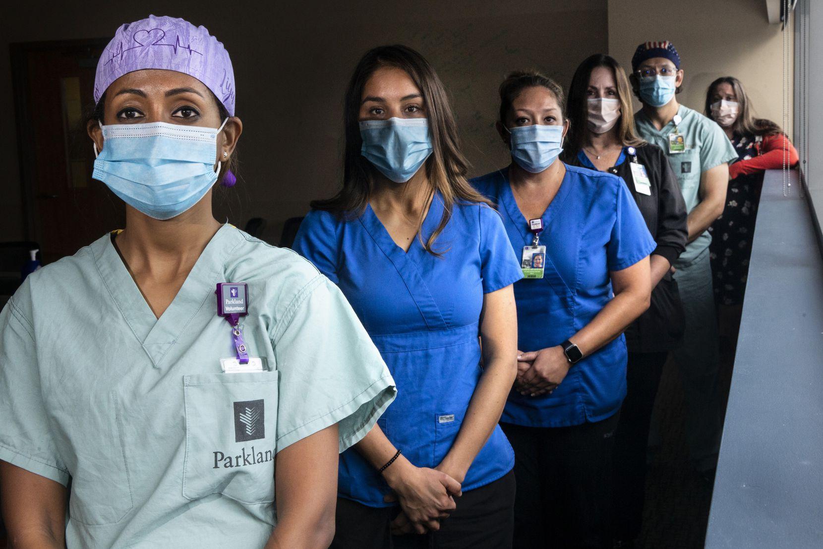 Desde la izq.: Luyi Daniel, Perla Sanchez-Perez, Shasha Niederhaus, Kathleen Doherty, Otto Madrigal y Samantha Rowley, personal de enfermeras en el Hospital Parkland.
