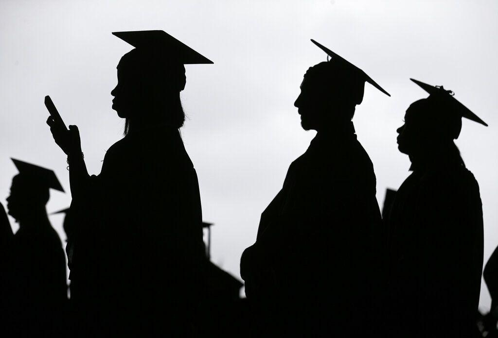 A menudo los estudiantes no saben el brete en que se meten al sacar préstamos estudiantiles y después tienen problemas para pagarlos. (AP Photo/Seth Wenig, File)