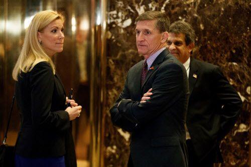 Beth Van Duyne (izq.) junto al defenstado ex secretario de Seguridad Nacional Michael Flynn, en Trump Tower, en los días previos al arranque del gobierno de Trump. La alcaldesa de Irving anunció que tendrá un cargo en el gobierno federal. AP