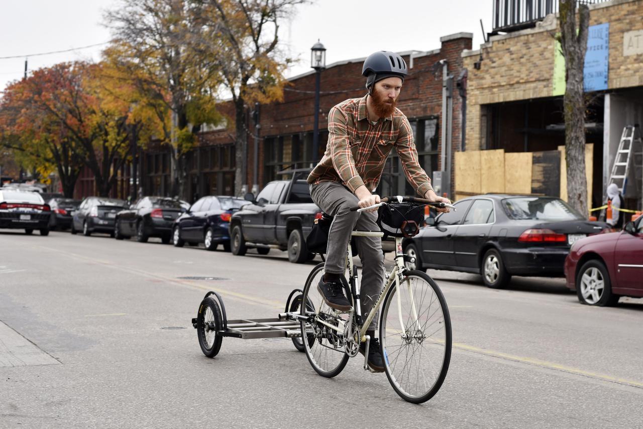 Mark Draz quien trabaja en una sucursal de la biblioteca pública conduce la bicilibro, una bicicleta ideada para llevar los libros a los barrios. (ESPECIAL PARA AL DÍA/BEN TORRES)
