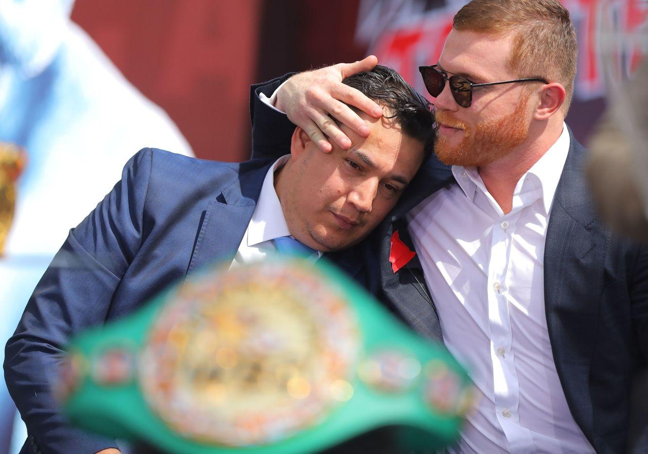 Saúl 'Canelo' Álvarez (izq) abraza a su entrenador Eddy Reynoso durante una conferencia de prensa.