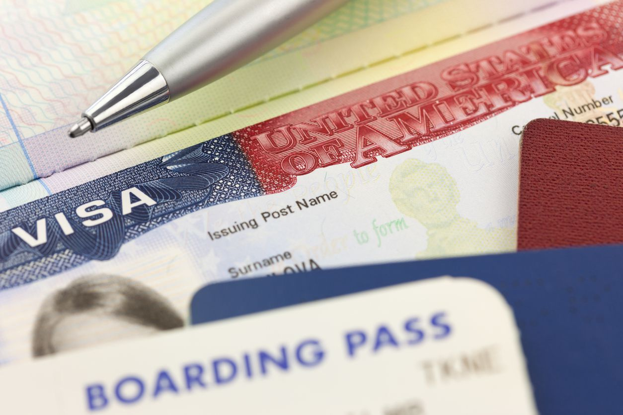 Una visa de Estados Unidos para visitante y un pase de abordar un vuelo internacional.
