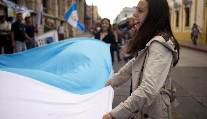 Una estudiante participante en una protesta contra el presidente enfrente del edificio del congreso,. en Ciudad de Guatemala. (AP/MOISÉS CASTILLO)