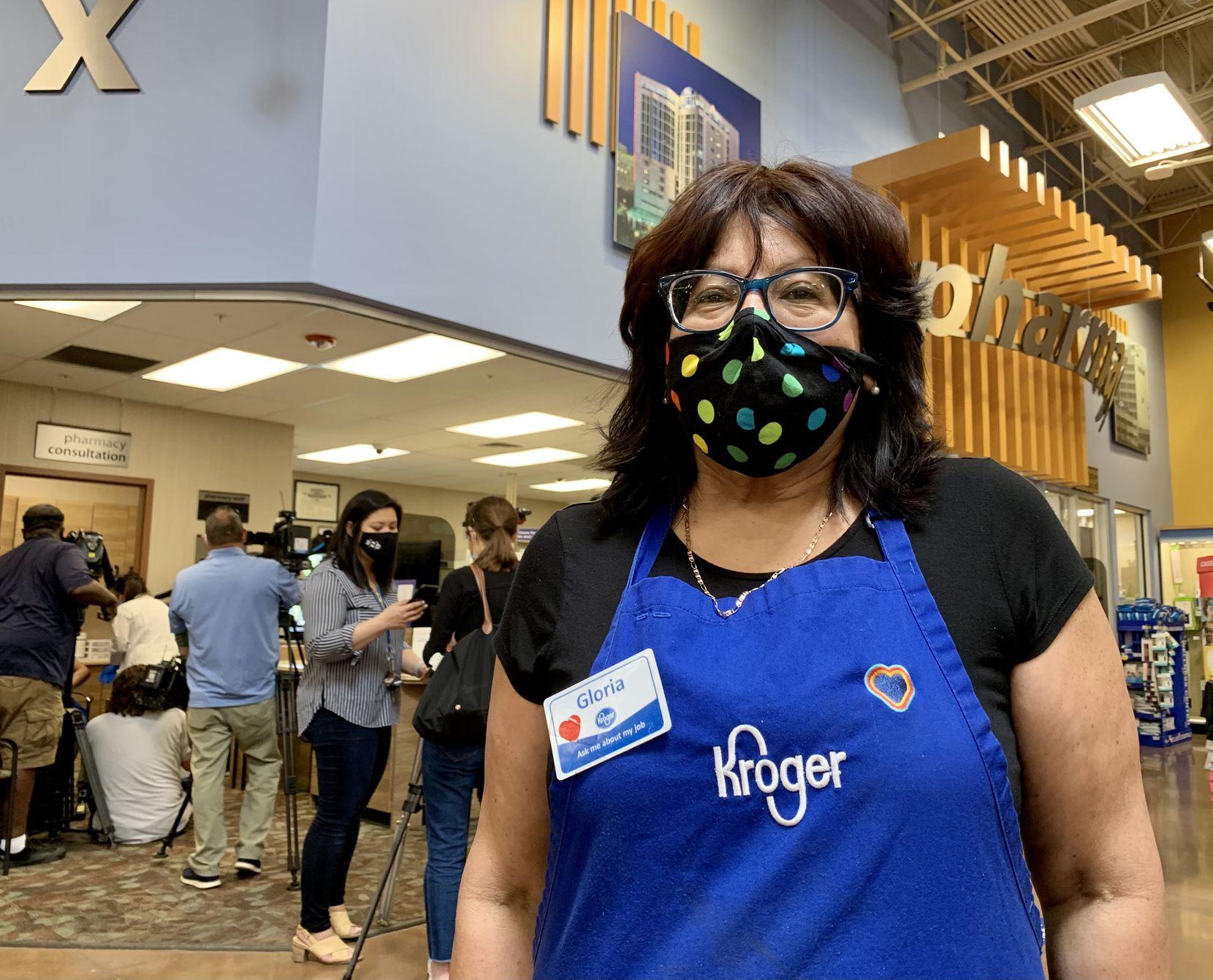 Gloria Gómez, 50, fue una de las primeras trabajadoras de Kroger en recibir la vacuna en la farmacia de la tienda donde trabaja, como parte de un convenio para que los trabajadores esenciales de supermercados sean vacunados contra covid-19 en sus lugares de trabajo, en Dallas.