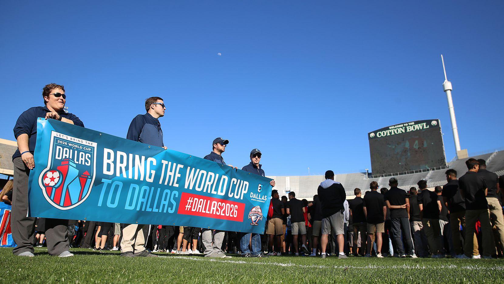 Monica Paul (izq), directora de la Dallas Sports Commission, presenta el logo de la ciudad para traer el Mundial 2026 a Dallas. Foto Omar Vega para Al Día