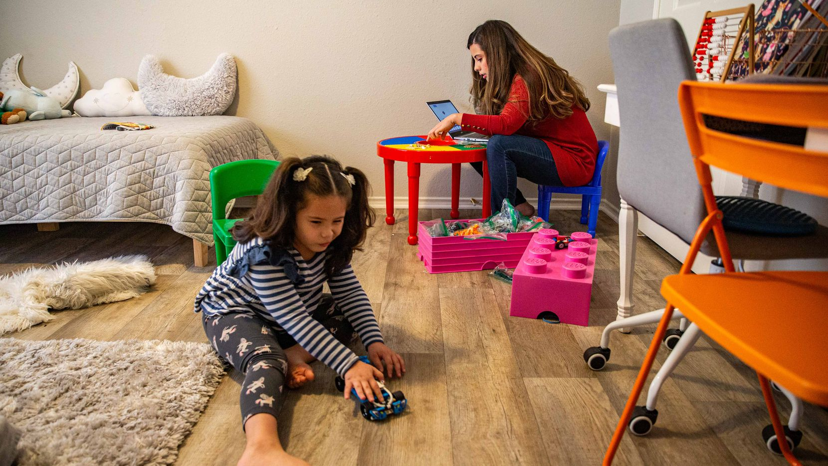 Itzel Ramirez Tapia pasa tiempo con su hija Samantha, de 5 años, en su casa en Lewisville. Ramirez Tapia se graduará con un título en ciencias de computación.