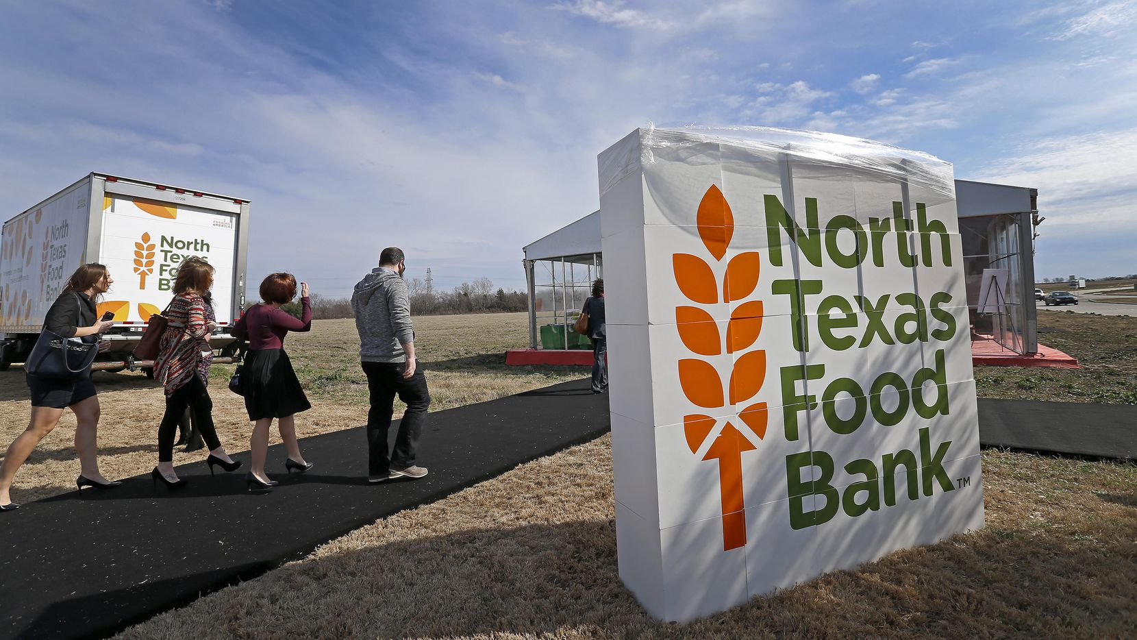 North Texas Food Bank reparte despensas para familias con niños este verano. (Staff Photographer/Jae S. Lee)