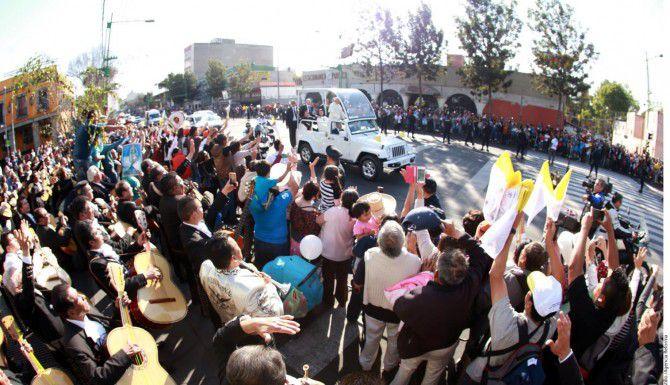 Mariachis, norteños, tríos, jarochos y músicos que trabajan en la Plaza Garibaldi se reunieron para cantarle al Papa Francisco durante su recorrido por Eje Central rumbo a la Basílica./AGENCIA REFORMA