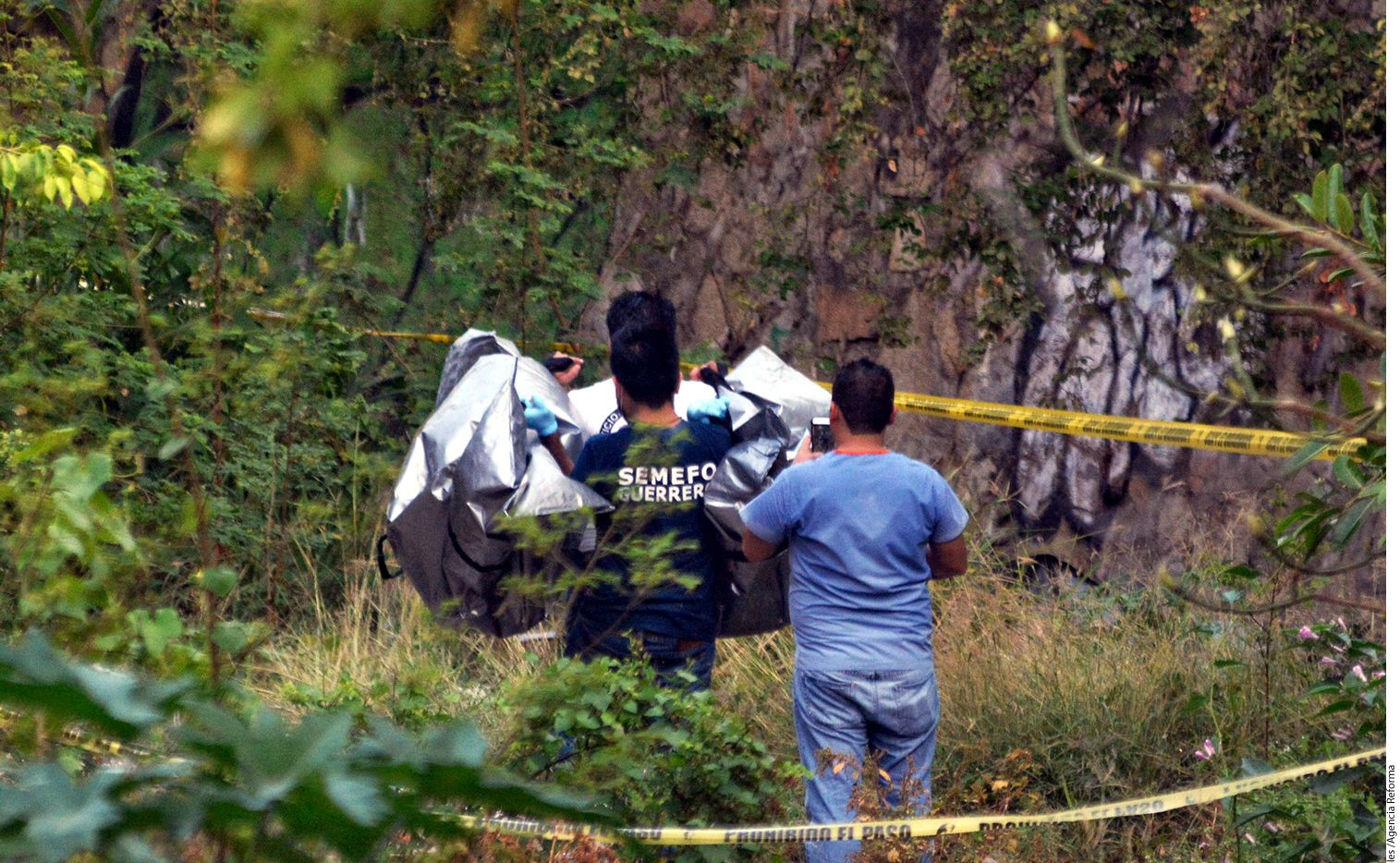Agentes de la Fiscalía de Guerrero reportaron el hallazgo de una fosa en Acapulco con aproximadamente 10 cuerpos semienterrados en abril. Las autoridades dieron con otra fosa en la comunidad de Agua Zarca, Municipio Ajuchitlán del Progreso, en la región de Tierra Caliente. Foto AGENCIA REFORMA.