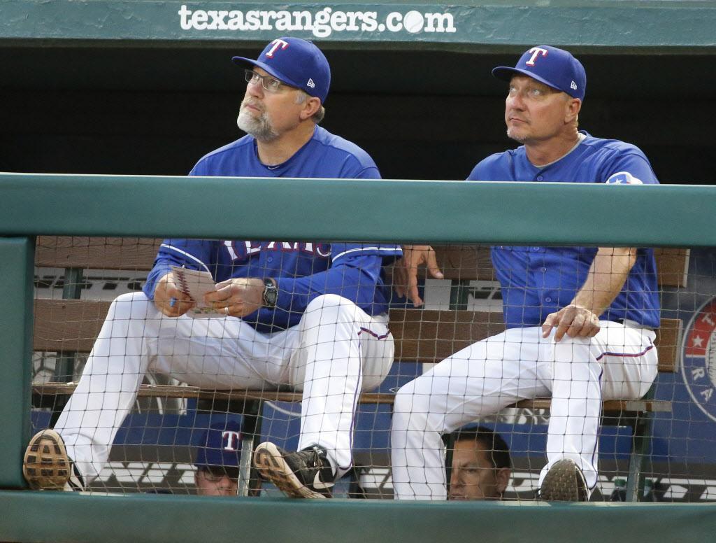 Doug Brocail (izq.) sale de los Rangers. (DMN/Louis DeLuca)