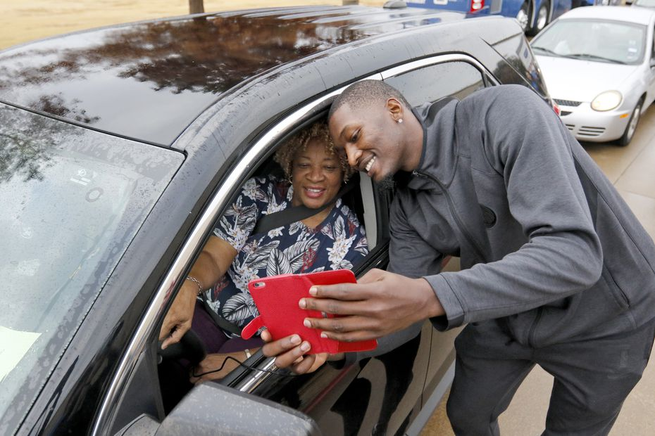 Cora Johnson takes a selfie with Dallas Mavericks Dorian Finney-Smith. On Thursday, November 21st, Dallas Mavericks Dorian Finney-Smith and Maxi Kleber will hand out 250 Thanksgiving meals to underprivileged families at Buckner International as part of the Mavs annual Turkey Giveaway