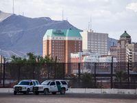 Dos patrulleros del otro lado del Río Grande con la ciudad de El Paso de fondo.