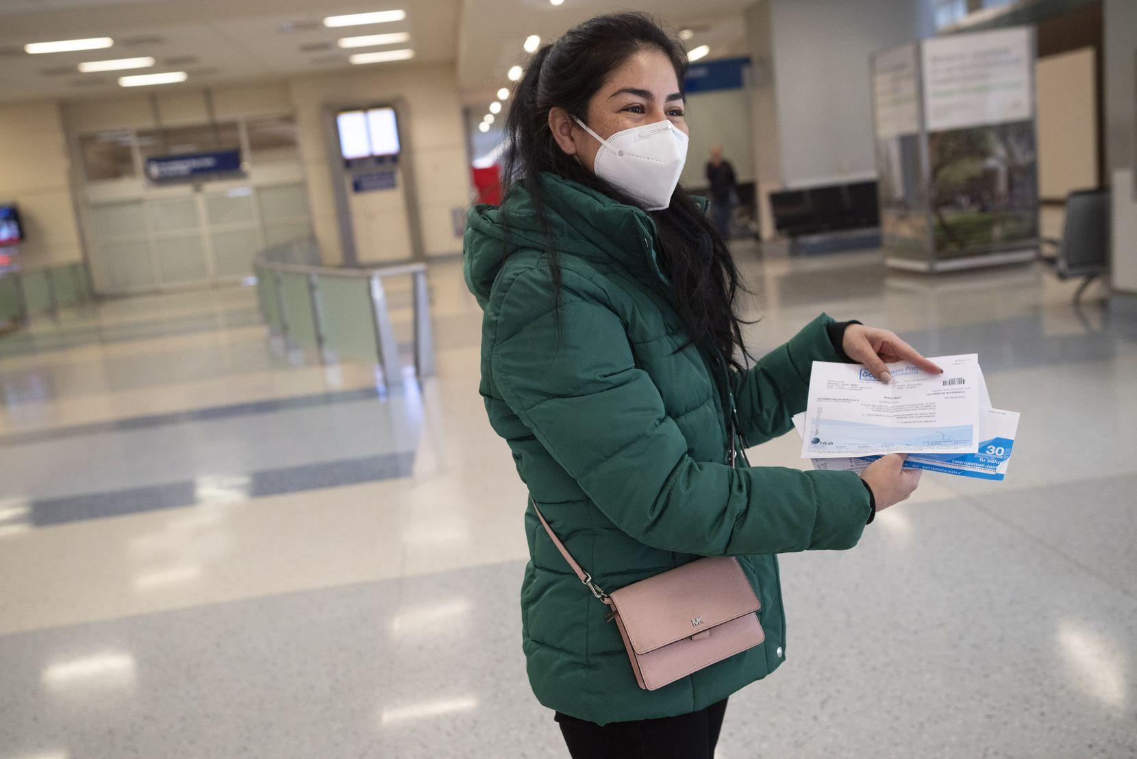 Jéssica Bárcenas mostró los documentos con el resultado negativo de sus pruebas de covid-19 de ella y su familia. Por cada prueba pagó $80, en México.