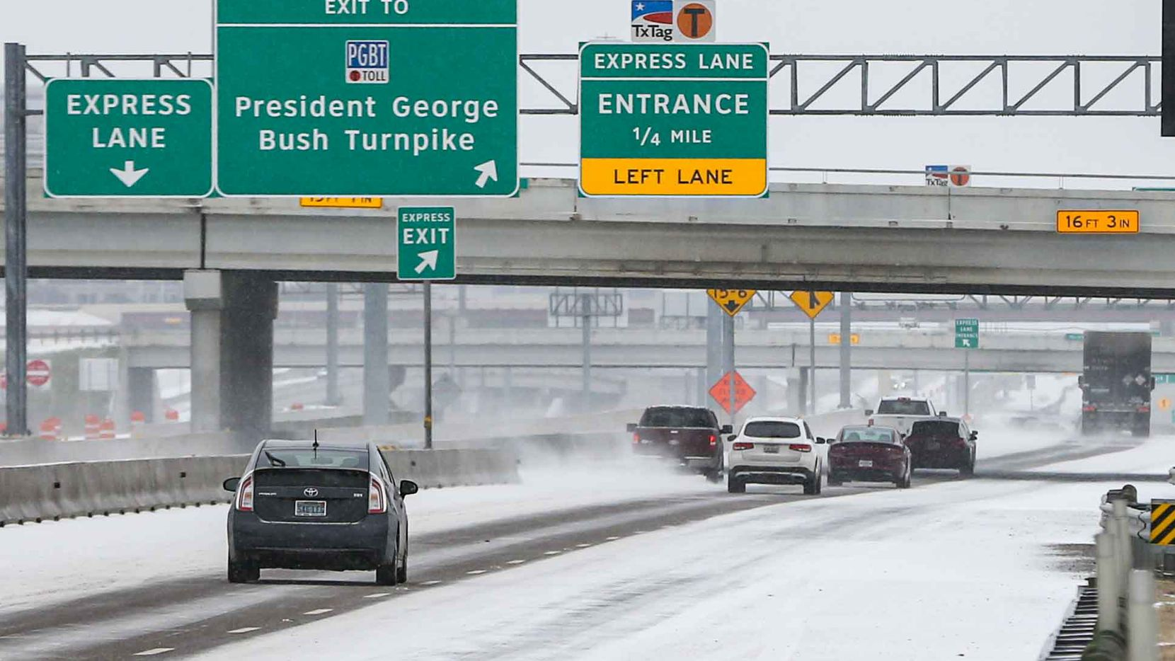 Traffic on Texas 114 TEXpress near MacArthur Blvd Winter flurries arrive in Irving on Sunday, February 14, 2021 ahead of major snowstorm. (Lola Gomez/The Dallas Morning News)