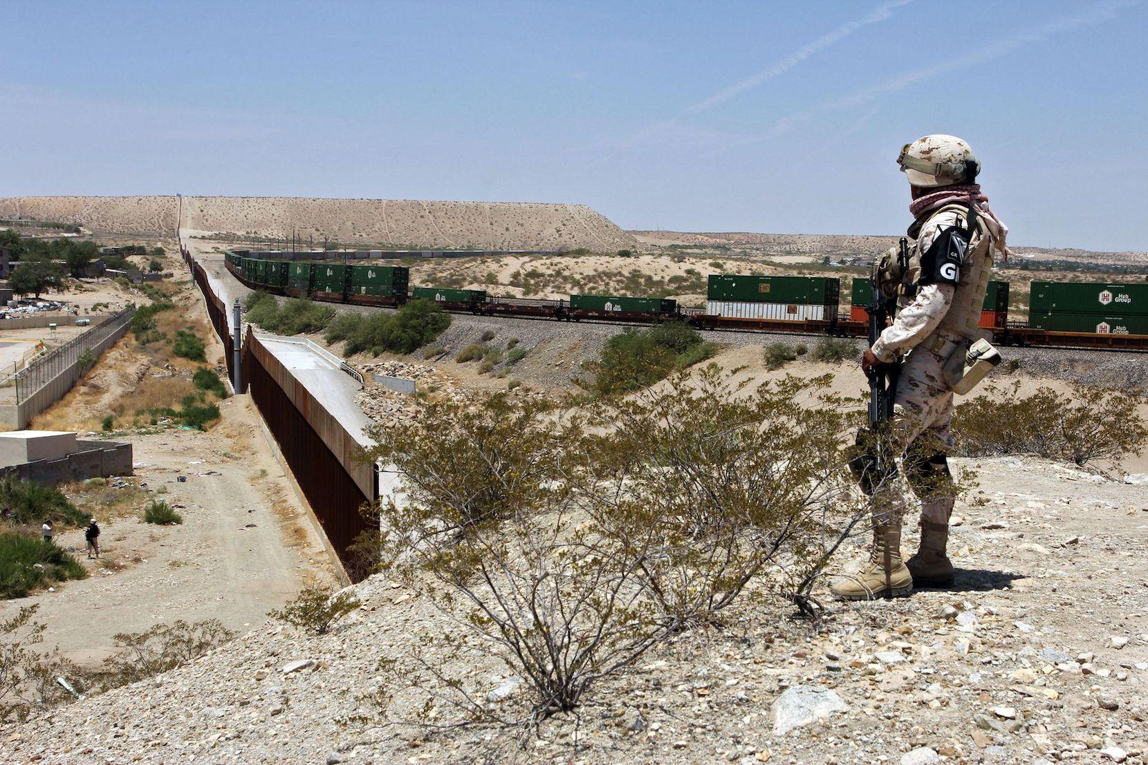 Un miembro de la Guardia Nacional vigila la frontera entre Estados Unidos y México. HERIKA MARTINEZ/AFP/Getty Images.