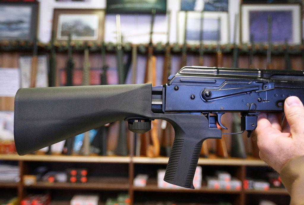 """Un dispositivo llamado en inglés """"bump stock"""" es añadido a un rifle semiautomático en una tienda de armas en Salt Lake City."""