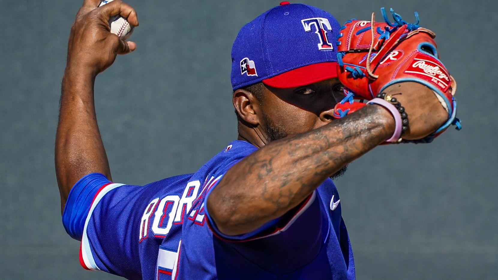 El pitcher relevista de los Texas Rangers, Joely Rodríguez, durante un juego en el campamento de primavera ante los Rockies de Colorado, el 26 de febrero en Surprise, Arizona.