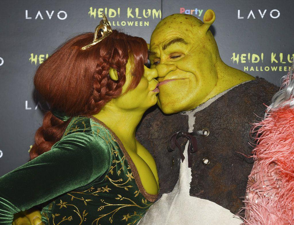 La modelo y presentadora de TV Heidi Klum, a la izquierda, y su novio, Tom Kaulitz, llegan disfrazados de Shrek y la princesa Fiona a la 19na fiesta anual de Halloween de Klum, el miércoles 31 de octubre del 2018 en Nueva York. (Foto por Evan Agostini/Invision/AP)