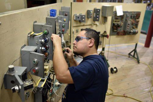 El estudiante William Velasquez practica en el laboratorio del colegio comunitario North Lake.