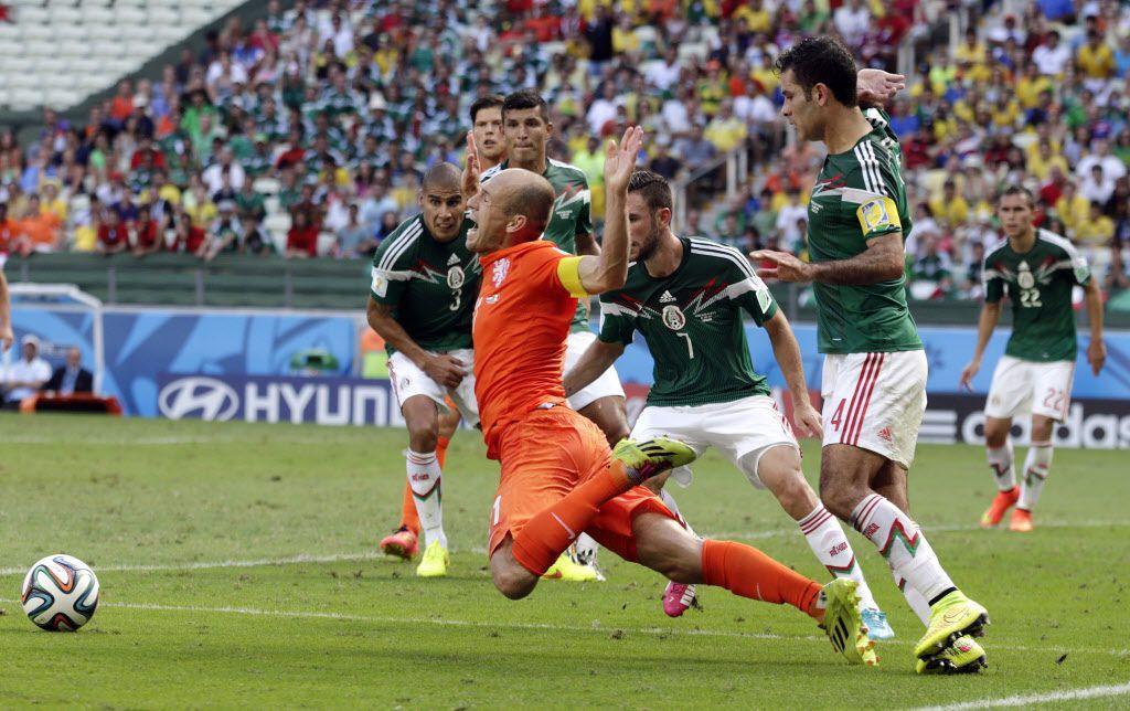 El delantero de la selección de Holanda, Arjen Robben, cae en el área tras sentir un contacto del defensa de la selección mexicana, Rafael Márquez, en el partido de octavos de final de la Copa del Mundo Brasil 2014.