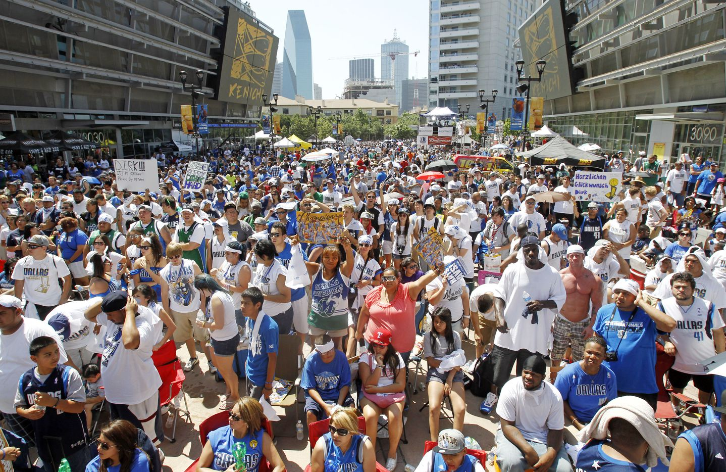 Fans on Victory Plaza wait in the morning heat for the Mavericks to arrive at the American Airlines Center during the Dallas Mavericks victory parade and celebration in Dallas on Thursday, June 16, 2011.   (Louis DeLuca/The Dallas Morning News) / mavsmavsmavs /