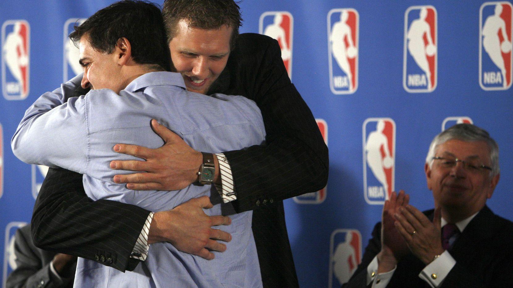 El jugador de los Dallas Mavericks, Dirk Nowitzki, abraza al dueño del equipo Mark Cuban durante la ceremonia en que Nowitzki fue nombrado el Jugador Más Valioso de la NBA, el 15 de mayo de 2007.