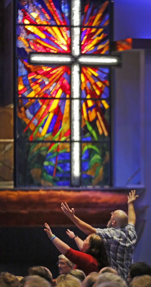 Congregants worship during the 150th anniversary service at First Baptist Church of Dallas Sunday, July 29, 2018. (Louis DeLuca/The Dallas Morning News)