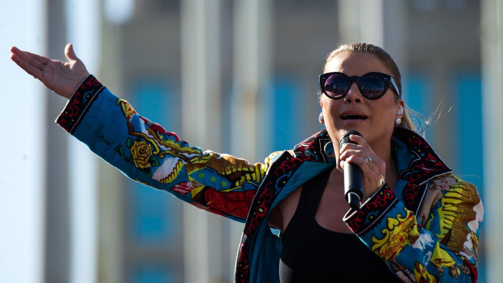 La cantante puertorriqueña Olga Tañón sacó un nuevo CD con 11 canciones de género tropical. (AFP/Getty Images/YAMIL LAGE)